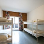 Nette kamer uitgerust met stapelbedden en balkon in groepen accommodatie Haus Sportland.